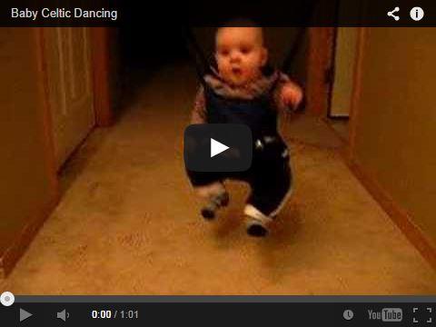 Un bébé qui fait de la danse celtique