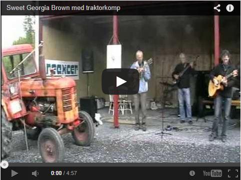 Trois guitares accompagnées par un tracteur