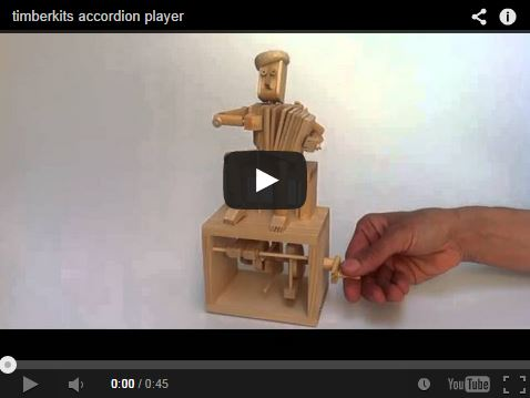 Sympa l'accordéoniste mécanique en bois